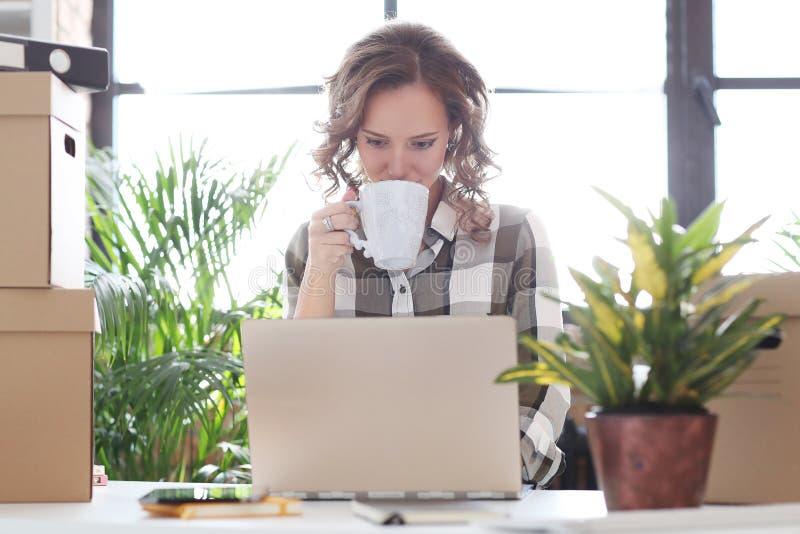 Kvinna i kontoret arkivbilder