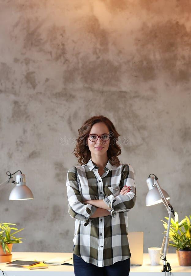 Kvinna i kontoret arkivbild