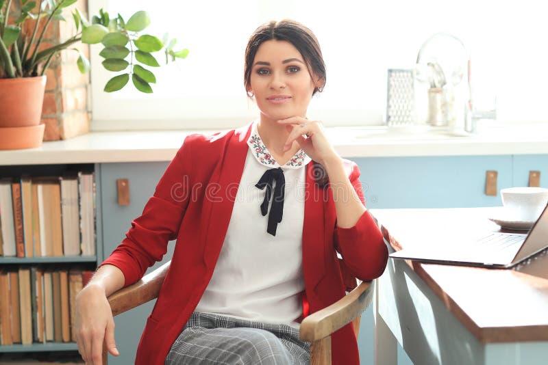 Kvinna i kontoret royaltyfria bilder