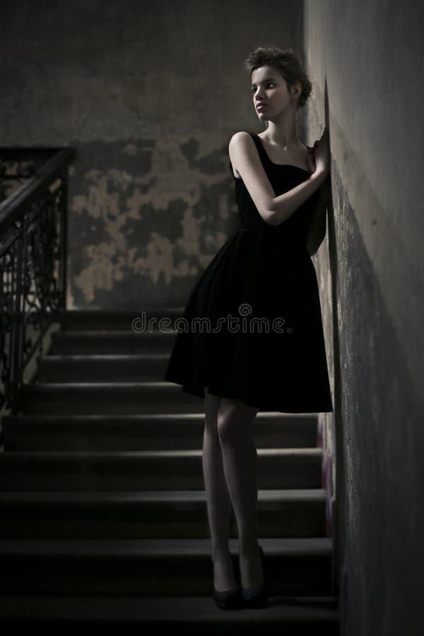 Kvinna i korridoren arkivbilder