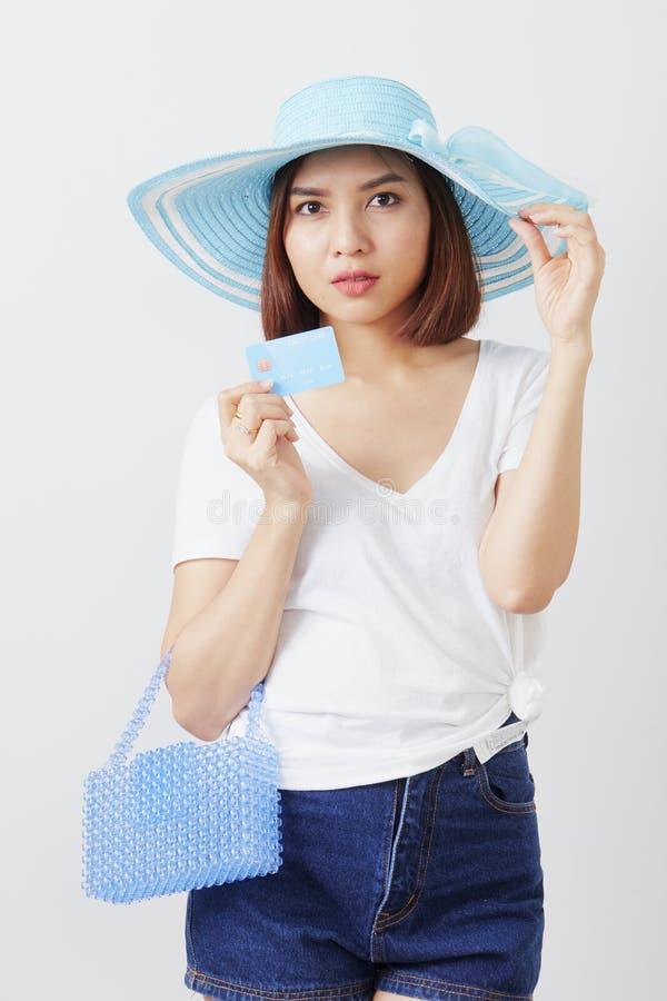 Kvinna i kort för hatthandinnehav royaltyfri bild