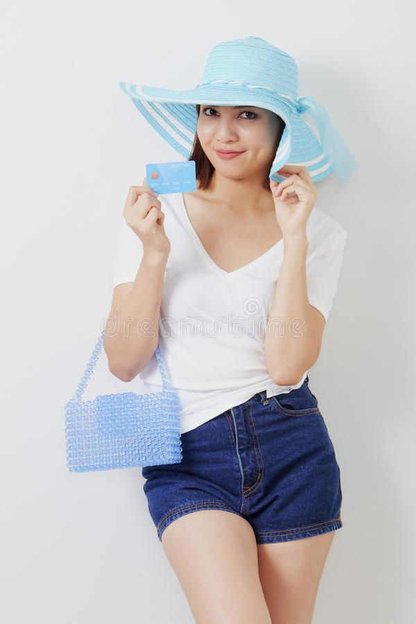 Kvinna i kort för hatthandinnehav arkivfoto