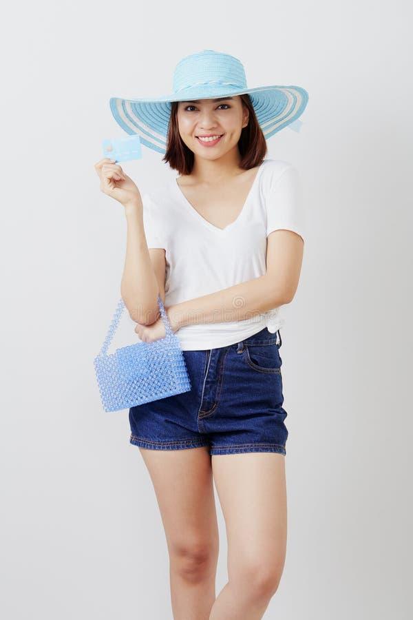Kvinna i kort för hatthandinnehav fotografering för bildbyråer
