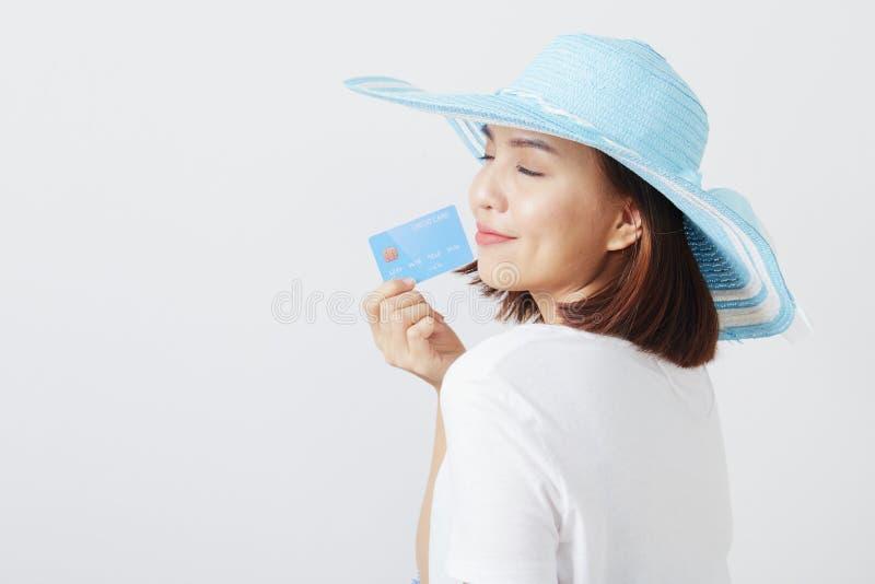 Kvinna i kort för hatthandinnehav royaltyfri foto