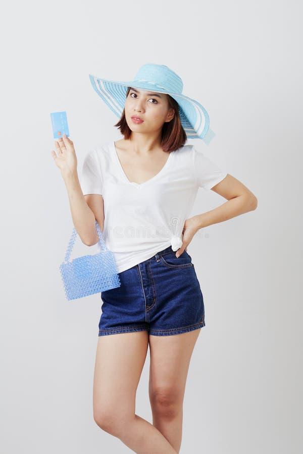 Kvinna i kort för hatthandinnehav arkivbild