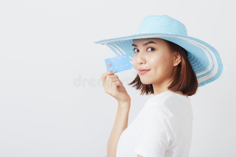 Kvinna i kort för hatthandinnehav arkivfoton