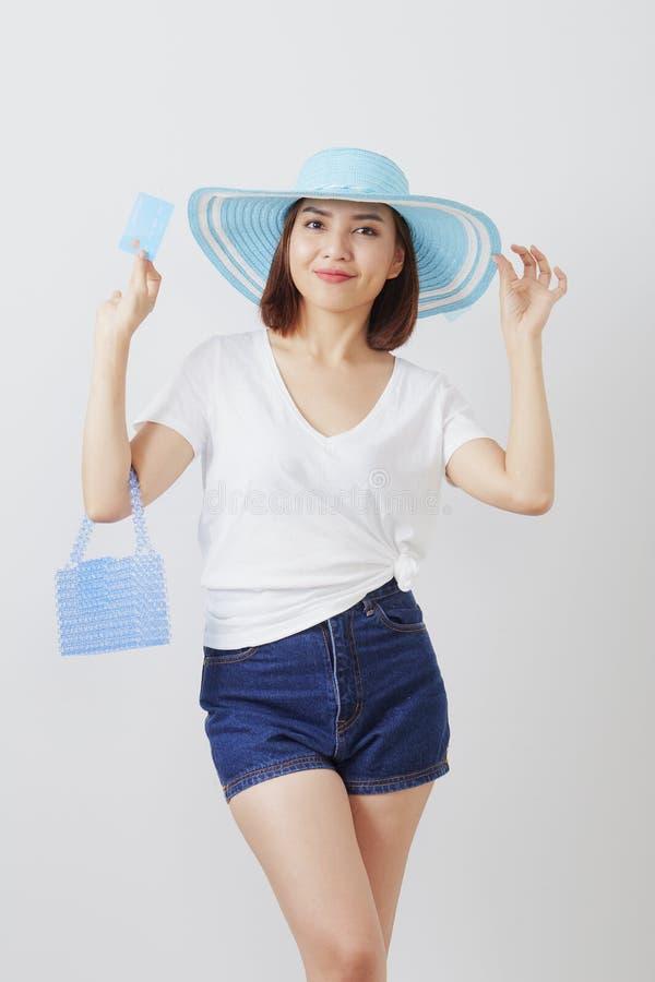 Kvinna i kort för hatthandinnehav royaltyfri fotografi