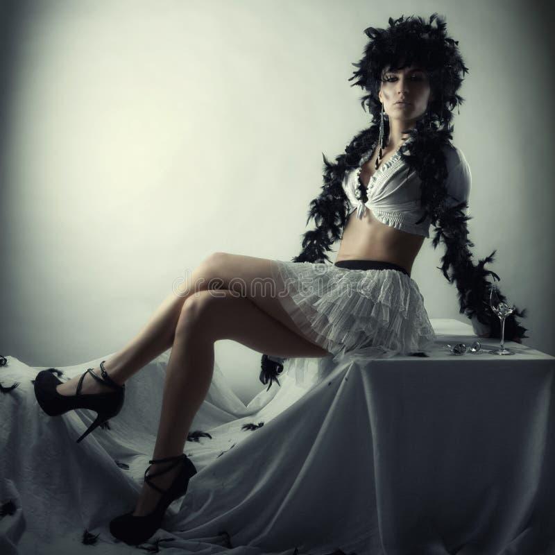 Kvinna i kort skirt fotografering för bildbyråer