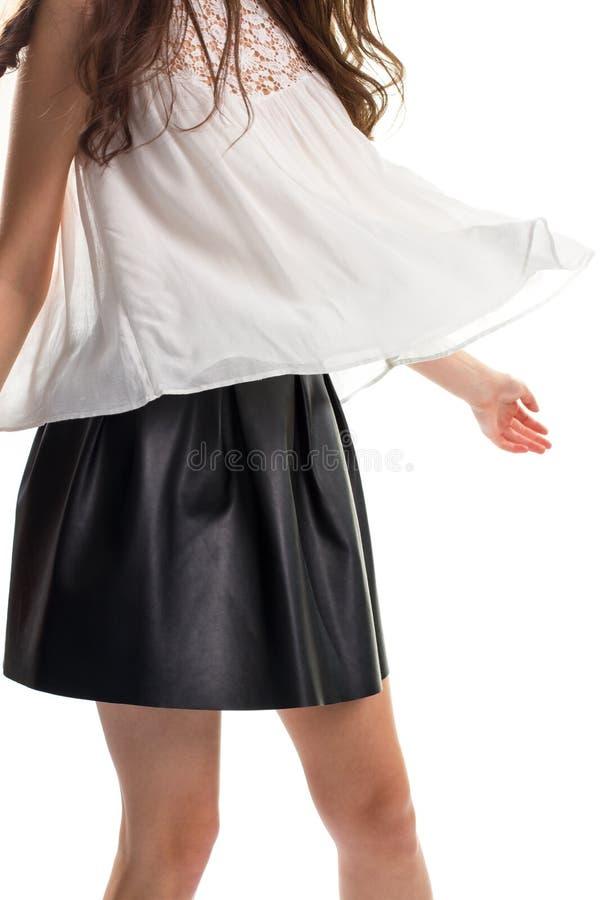 Kvinna i kort svart kjol royaltyfria foton