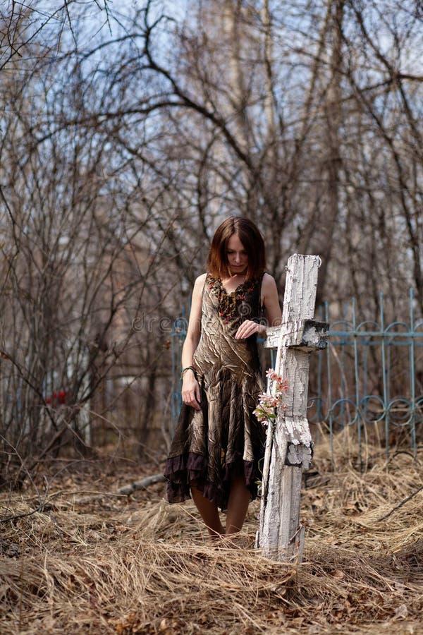 Kvinna i kyrkogård arkivfoto