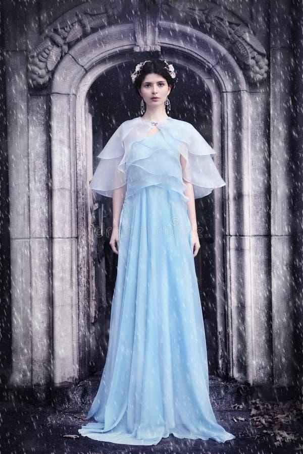 Kvinna i kyrkogården - vinterlandskap arkivfoton