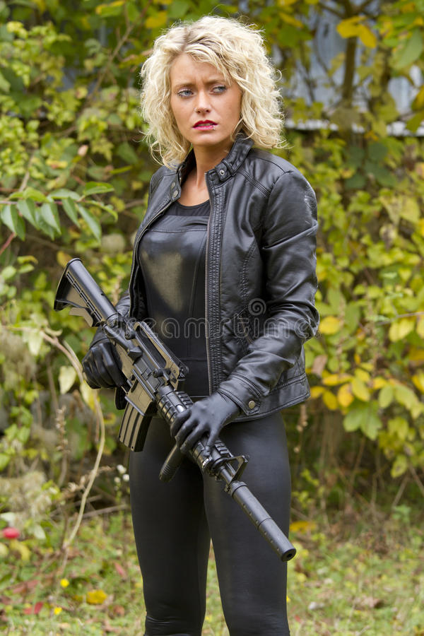 Kvinna i läder med maskingeväret arkivbilder