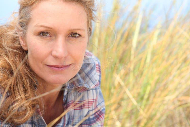 Kvinna i långt gräs royaltyfria foton