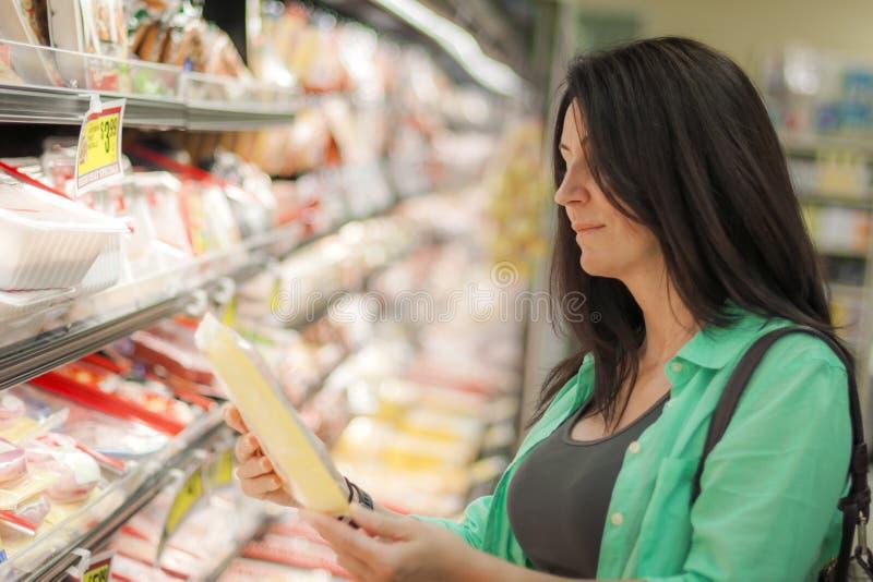 Kvinna i livsmedelsbutiken royaltyfri fotografi