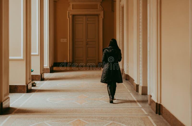 Kvinna i ljus korridor royaltyfria bilder