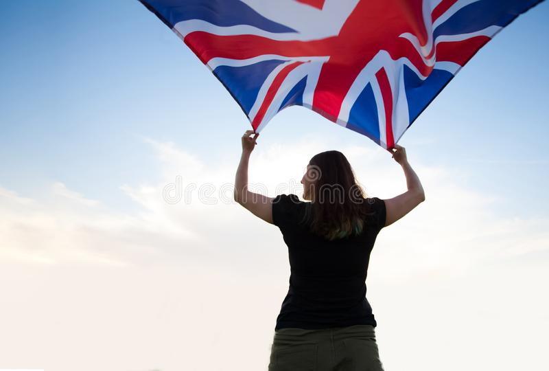 Kvinna i London med en flagga royaltyfri foto