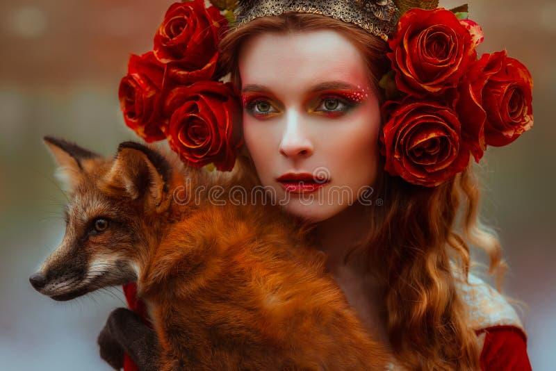 Kvinna i medeltida kläder med en räv royaltyfri fotografi