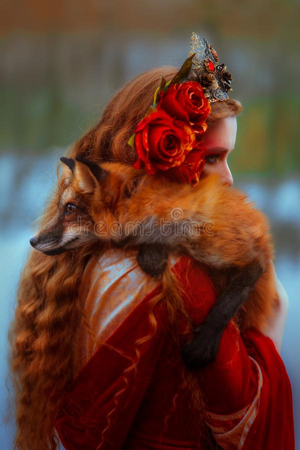 Kvinna i medeltida kläder med en räv arkivfoton