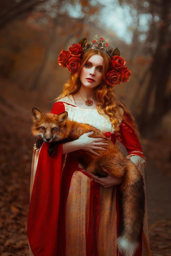 Kvinna i medeltida kläder med en räv arkivbild