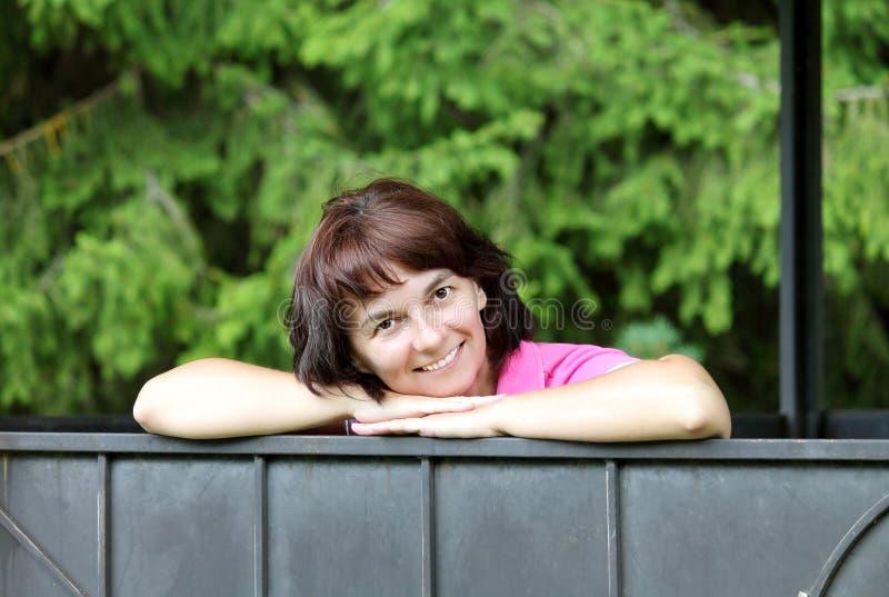 Kvinna i natur fotografering för bildbyråer