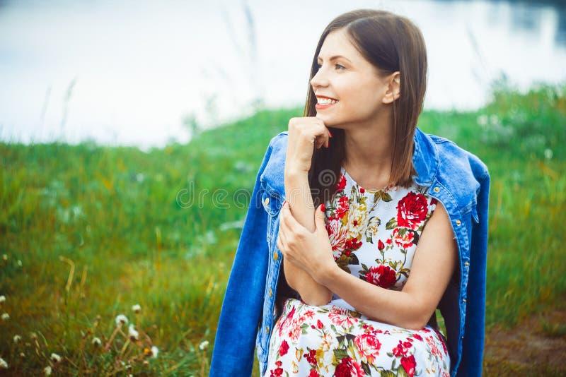 Kvinna i naturklänning royaltyfri fotografi