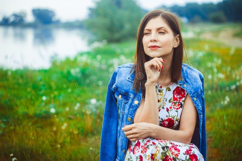 Kvinna i naturklänning fotografering för bildbyråer
