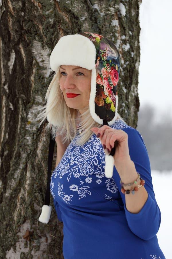 Download Kvinna i pälslock arkivfoto. Bild av park, nätt, mänskligt - 78731684