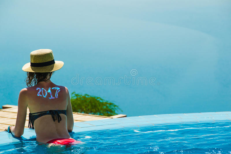 Kvinna i pölen som ser det döda havet begrepp för säsong för lopp 2017 kopiera avstånd för din text Sund livsstil arkivfoton