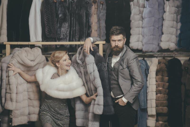 Kvinna i p?lslag med mannen, shopping, s?ljaren och kunden arkivbild