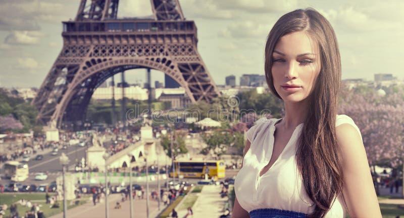 Kvinna i Paris royaltyfri bild