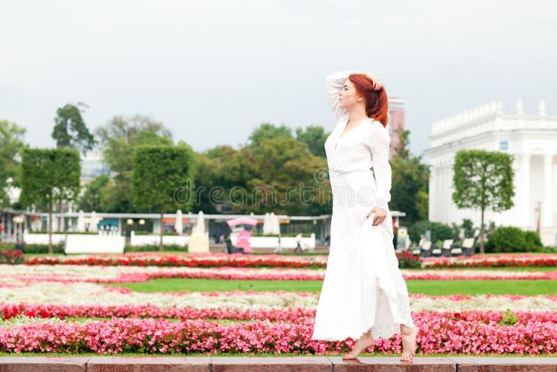 Download Kvinna i parkera arkivfoto. Bild av mode, redhead, avkoppling - 76702674