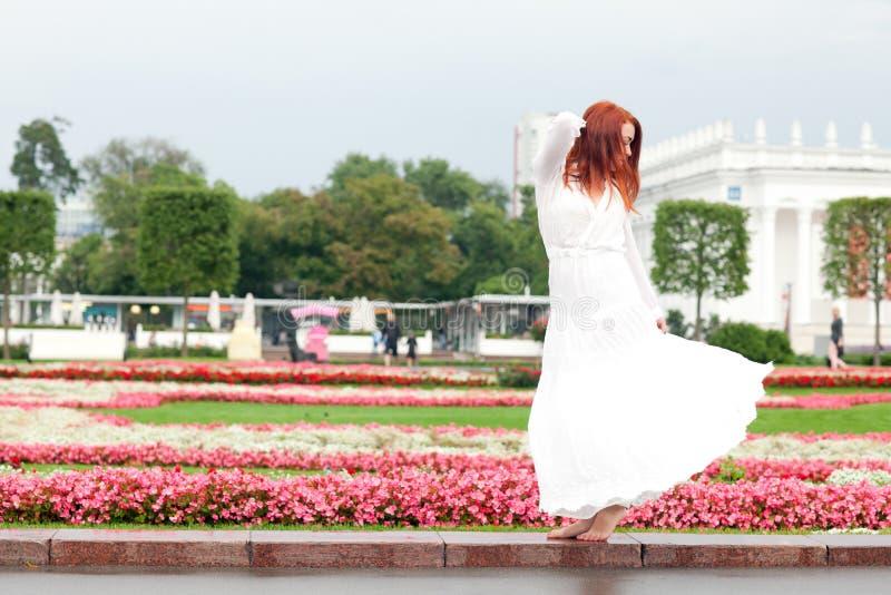 Download Kvinna i parkera fotografering för bildbyråer. Bild av mode - 76702721