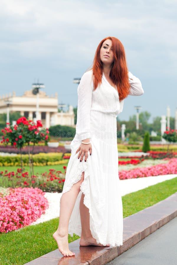 Download Kvinna i parkera arkivfoto. Bild av verkligt, sensuality - 76702742