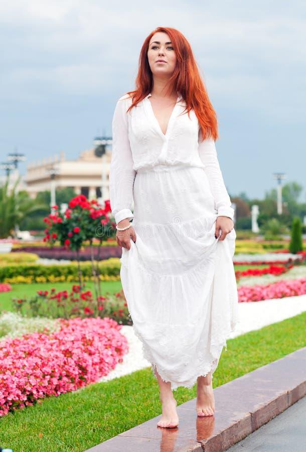 Download Kvinna i parkera fotografering för bildbyråer. Bild av long - 76702783