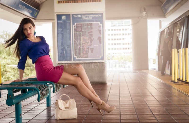 Kvinna i plattform för drevstation royaltyfri foto