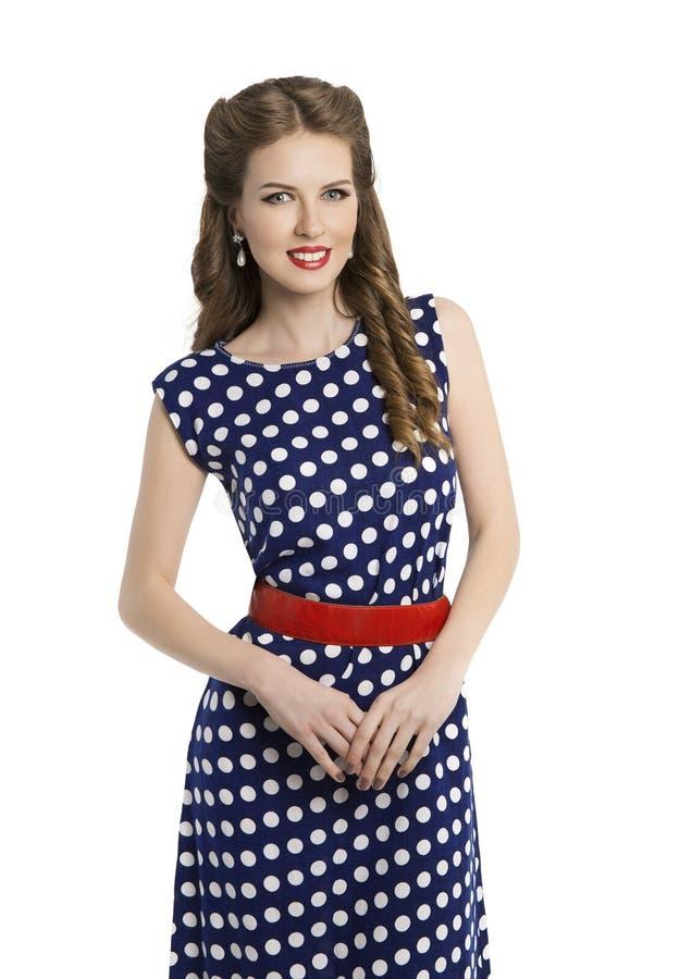 Kvinna i polkan Dot Dress, Retro flicka Pin Up Hair Style, skönhet royaltyfri bild