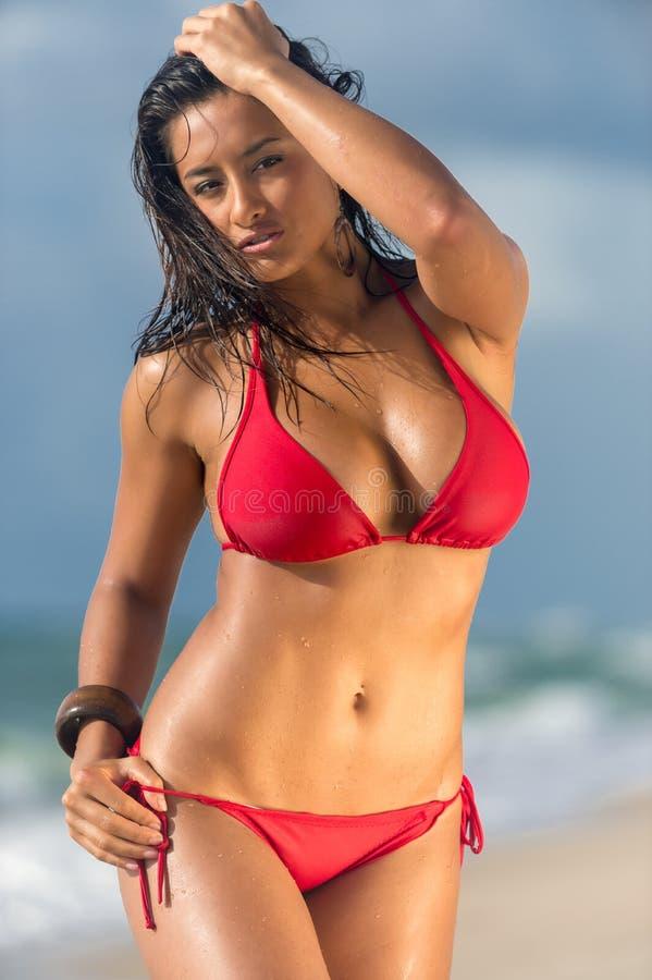 Kvinna i posera för strand som är sinnligt arkivfoton