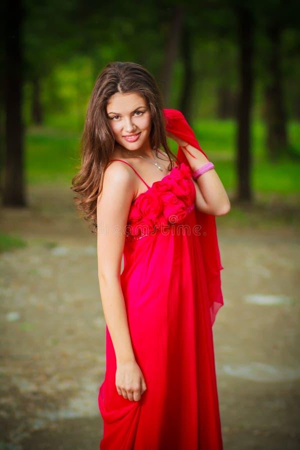 Kvinna i röd klänning arkivfoton
