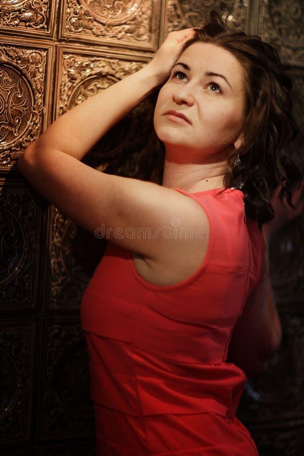 Kvinna i röd klänning arkivbilder