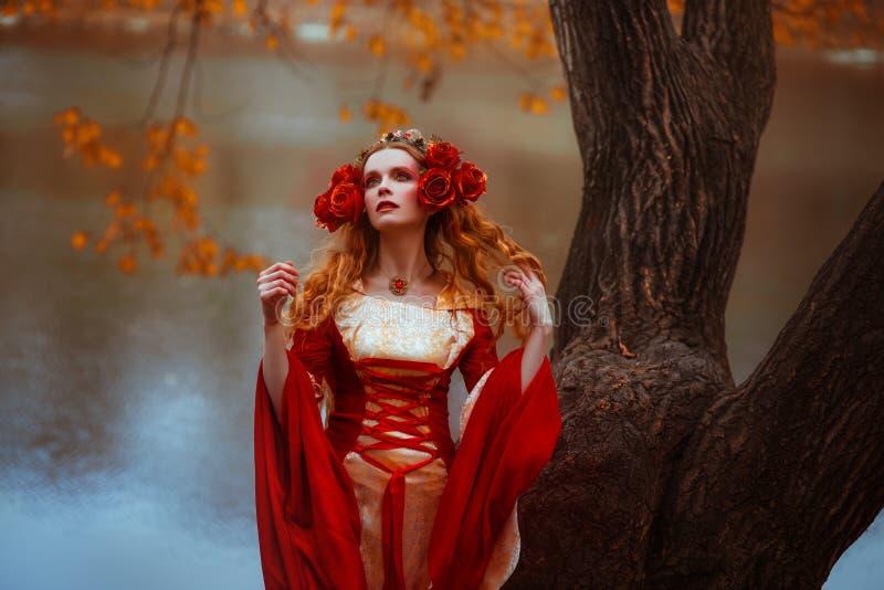 Kvinna i röd medeltida klänning arkivbild