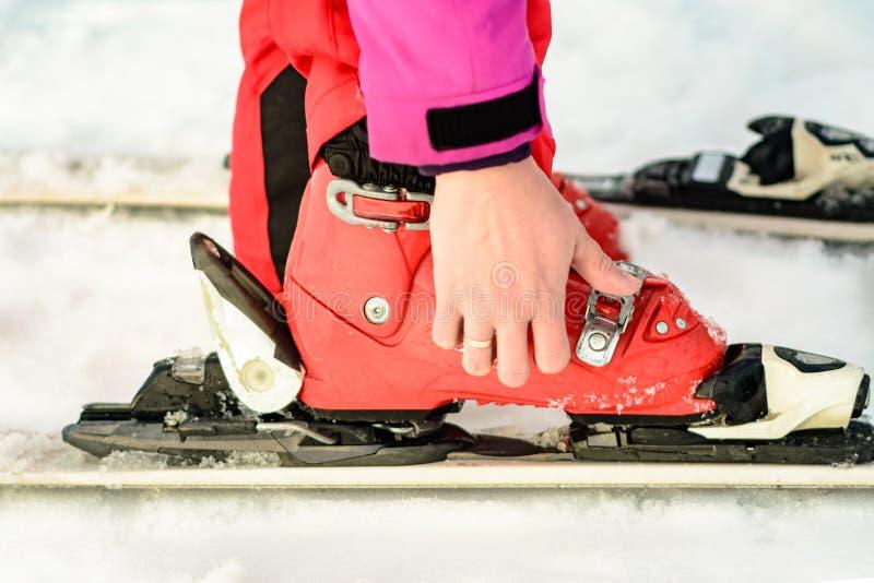 Kvinna i röd-rosa färger kläder som bär för att skida skodon för att skida fotografering för bildbyråer