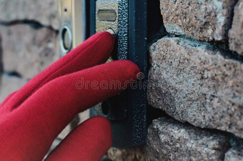 Kvinna i röda handskar som kallar på högtalaranläggningen med kameran och pressar knappen fotografering för bildbyråer