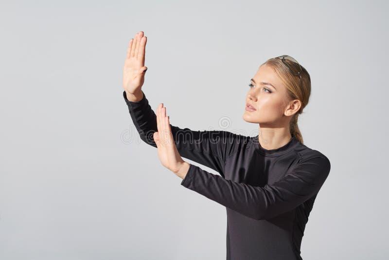Kvinna i rörande imaginär vertikal yttersida för svart skjorta royaltyfri bild