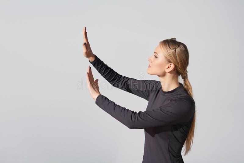 Kvinna i rörande imaginär vertikal yttersida för svart skjorta arkivbild