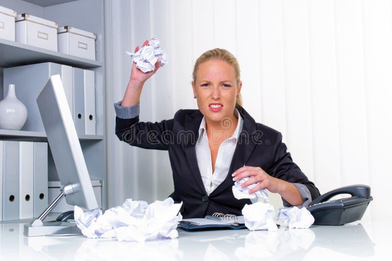 Kvinna i regeringsställning med skrynkligt papper royaltyfri bild