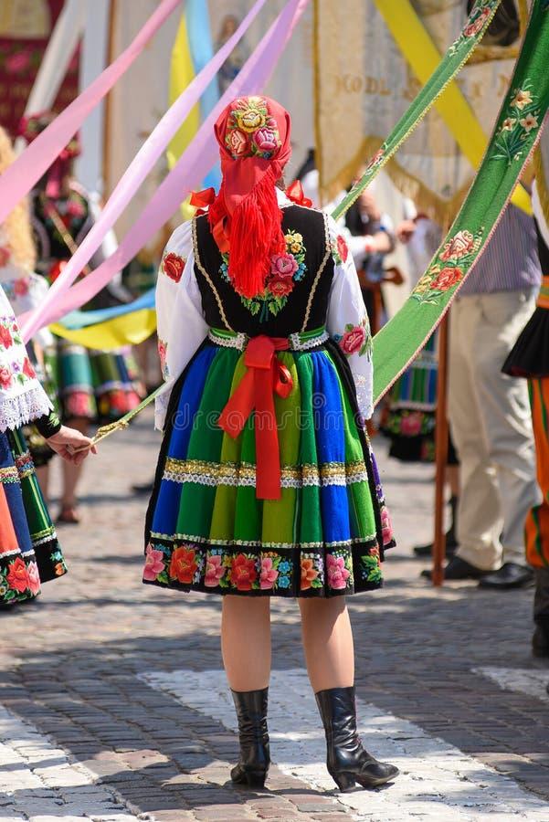 Kvinna i regionalt, folkloredräkter, färgrika handgjorda kjolar royaltyfri foto
