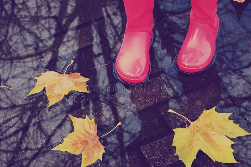 Kvinna i regnkängor royaltyfri fotografi