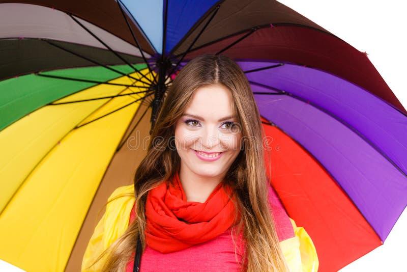 Kvinna i regntätt lag under paraplyet fotografering för bildbyråer