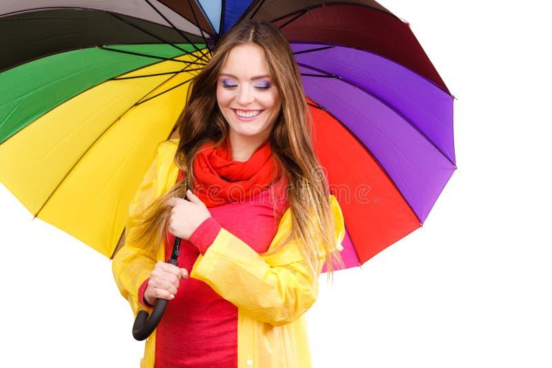 Kvinna i regntätt lag under paraplyet royaltyfri foto