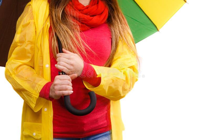 Kvinna i regntätt lag under paraplyet arkivfoto